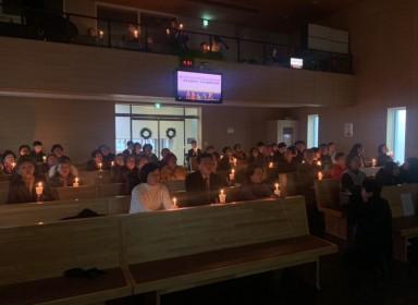깊은 믿음으로 성탄의 촛불을 밝힙니다…